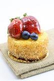Torta di formaggio isolata delle bacche su iuta, dessert dolce delle bacche sul ju Fotografia Stock