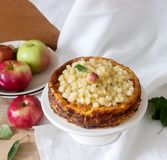 Torta di formaggio o casseruola dalla ricotta con le mele, servite con la composta della composta di mele Stile rustico fotografia stock libera da diritti