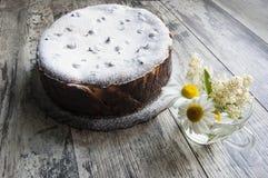 Torta di formaggio, spruzzata con zucchero in polvere su un gla Fotografia Stock Libera da Diritti