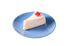 Torta di formaggio sulla zolla blu isolata su bianco Fotografie Stock