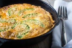 Torta di fritatta dell'uovo del formaggio dell'avocado Immagine Stock