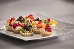 Torta di frutta casalinga fresca con le bacche ed il kiwi Immagini Stock