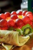 Torta di frutta con i pancake Immagine Stock
