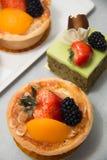 Torta di frutta fresca del dessert in frutti tropicali assortiti Fotografia Stock