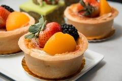 Torta di frutta fresca del dessert in frutti tropicali assortiti Immagini Stock