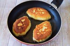 Torta di mele al forno in padella immagini stock