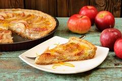 Torta di mele aperta casalinga ed intere mele rosse sulla tavola d'annata Immagini Stock Libere da Diritti