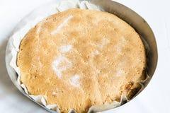 Torta di mele casalinga nella pentola nel forno Alimento italiano immagini stock
