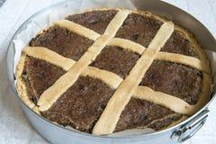 Torta di mele casalinga nella pentola nel forno Alimento italiano fotografia stock libera da diritti