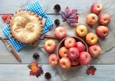 Torta di mele con gli ingredienti Fotografia Stock