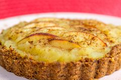 Torta di mele con la mela, la crema e la cannella sulla cima Immagini Stock Libere da Diritti