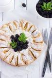Torta di mele con la mora fresca e ghiacciare shugar Fotografia Stock Libera da Diritti