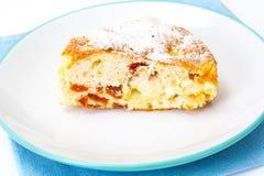 Torta di mele con le albicocche secche su un fondo bianco Fotografia Stock