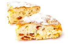 Torta di mele con le albicocche secche su un fondo bianco Fotografie Stock