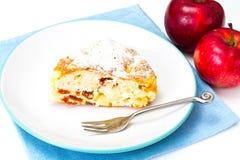 Torta di mele con le albicocche secche su un fondo bianco Immagini Stock Libere da Diritti