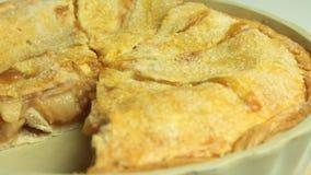 Torta di mele cucinata in trey bollente archivi video