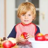 Torta di mele d'aiuto e bollente del ragazzino adorabile '' nel kitc domestico di s Immagine Stock Libera da Diritti