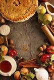 Torta di mele decorata con le foglie di caduta fotografie stock
