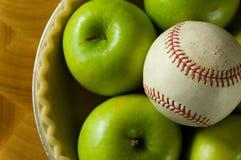 Torta di mele e baseball fotografia stock libera da diritti