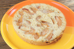 Torta di mele sul piatto arancio fotografie stock libere da diritti