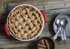 Torta di mele sulla tavola di legno Fotografia Stock Libera da Diritti