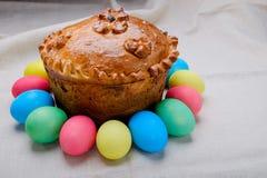 Torta di Pasqua ed uova di Pasqua Fotografia Stock