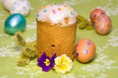 Torta di Pasqua ed uova di Pasqua colorate Immagine Stock