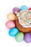 Torta di Pasqua ed uova verniciate Immagine Stock
