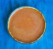 Torta di Pumpking sullo scrittorio di legno blu Cena di ringraziamento Autunno fotografia stock
