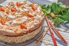 Torta di rabarbaro con meringa e le mandorle Fotografia Stock
