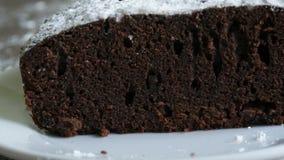 Torta di recente al forno del brownie del cioccolato nella macro vista tagliata del primo piano archivi video