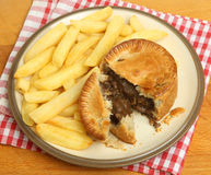 Torta di rene & della bistecca & patatine fritte o fritture Fotografie Stock Libere da Diritti
