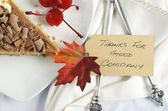Torta di ringraziamento sulla tavola bianca con la carta del posto - primo piano Fotografia Stock Libera da Diritti