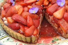Torta di Starwberry con la fetta rimossa Fotografie Stock