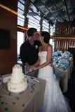 Torta di taglio delle coppie di cerimonia nuziale Fotografia Stock Libera da Diritti