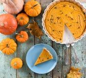 Torta di zucca americana casalinga con i semi di zucca decorati con Fotografia Stock Libera da Diritti