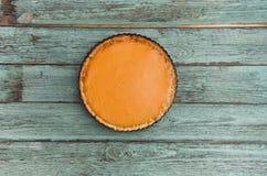 Torta di zucca casalinga deliziosa fresca su fondo di legno, vista superiore immagine stock libera da diritti