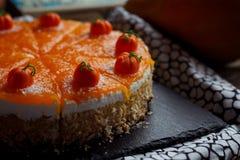Torta di zucca casalinga saporita arancio luminosa rotonda fresca americana tradizionale sulla tavola decorativa con textil, le z Fotografie Stock Libere da Diritti