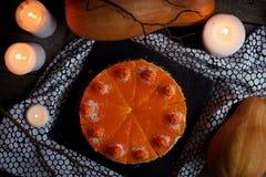 Torta di zucca casalinga saporita arancio luminosa rotonda fresca americana tradizionale sulla tavola decorativa con textil, le z Fotografia Stock Libera da Diritti