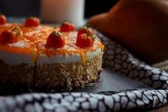 Torta di zucca casalinga saporita arancio luminosa rotonda fresca americana tradizionale sulla tavola decorativa con textil, le z Immagini Stock Libere da Diritti