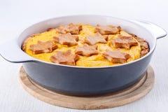 Torta di zucca casalinga tradizionale in piatto bollente fotografie stock