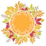 Torta di zucca con la decorazione della pasta con le foglie di autunno intorno Illustrazione di ringraziamento Fotografia Stock Libera da Diritti