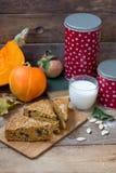 Torta di zucca con latte sul tagliere di legno fotografia stock