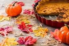 Torta di zucca tradizionale per il ringraziamento sulla tavola di legno fotografie stock libere da diritti