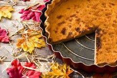 Torta di zucca tradizionale per il ringraziamento sulla tavola di legno fotografia stock