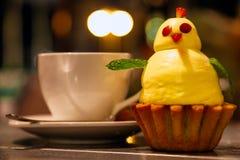 Torta divertida en la forma de un pollo amarillo con una decoración de imagen de archivo