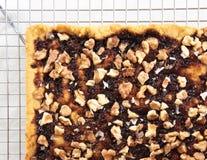 Torta do biscoito amanteigado com doce e nozes na cremalheira refrigerando imagem de stock