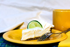 Torta do cal chave com close up do café Fotografia de Stock