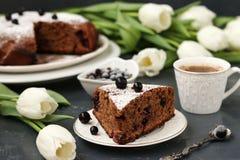 Torta do chocolate com corinto preto em um fundo escuro fotos de stock