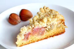Torta do crumble do Rhubarb com avelã Fotos de Stock